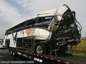 Mangled bus that flipped, killing 15 Vietnamese American © Herald Democrat/Associated Press